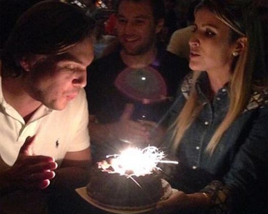 Dandynha Barbosa segurando o bolo de Vitor Smeral