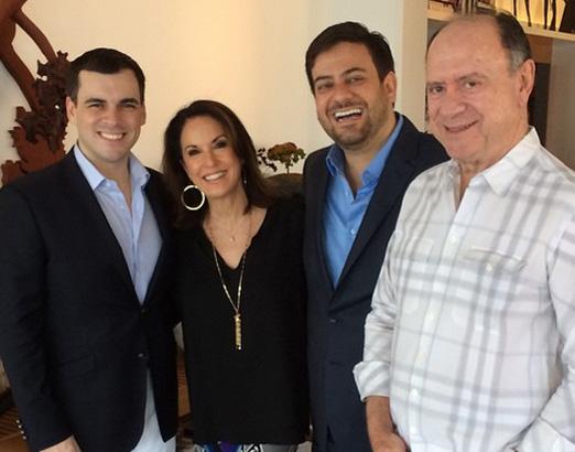 Os anfitriões Regina e João com Sandro e Bruno