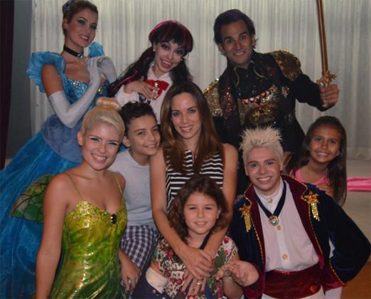 Ana Furtado e o elenco de Entremundos