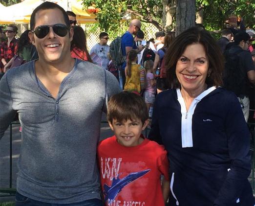 Daniel com o filho Stephen e a mãe Suely