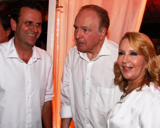Eduardo Paes com o casal Paulo e Isis Penido
