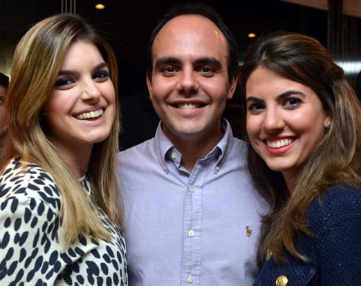 O aniversariante entre Maria Elisa Correa e Constança Resende