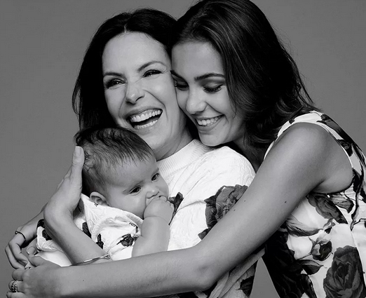 Carolina Ferraz com as filhas
