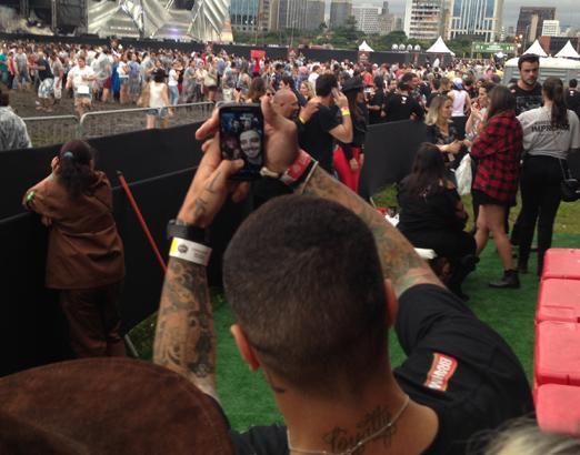 Felipe Titto fazendo selfie com fãs