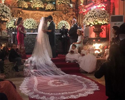 Os noivos durante a cerimônia religiosa
