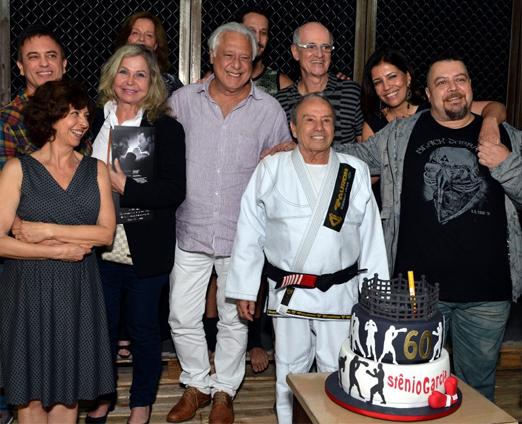 Stênio Garcia entre os amigos e com o bolo