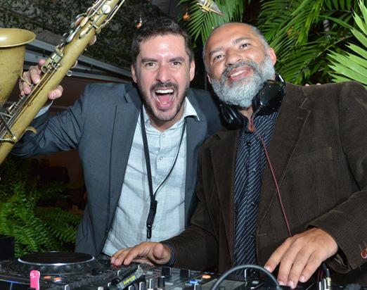 DJ Papagaio e o saxofonista Marcelo Cebukin