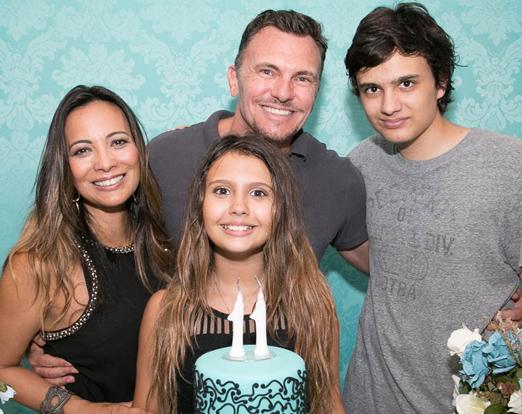 Mariana com os pais e o irmão