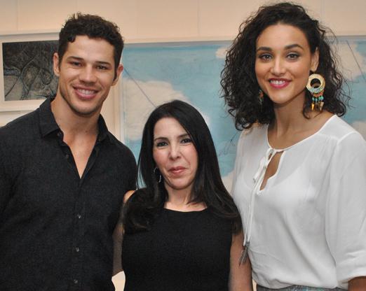 Paola Ribeiro entre o casal José Loreto e Débora Nascimento