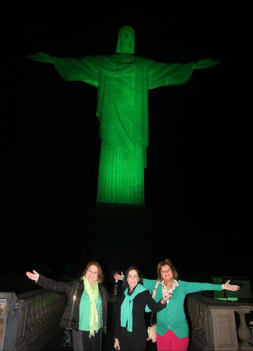 Renata Fraga, Liliana Rodriguez e Rosana Rodrigues aos pés do Cristo