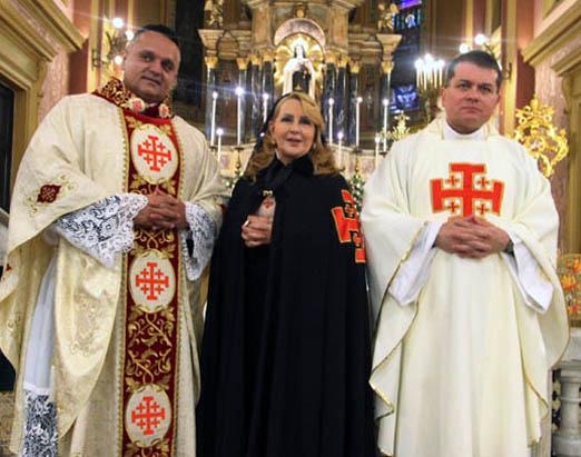 Isis Penido entre os monsenhores André Sampaio e Sérgio Costa Couto