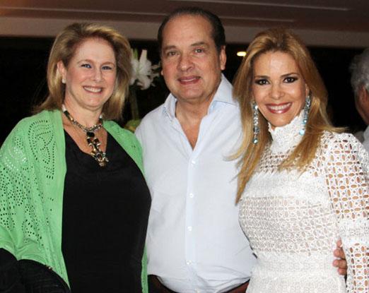 A anfitriã com o casal Luiz e Glória Severiano Ribeiro