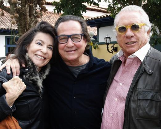 Nestor Rocha entre Teresa e Luis Quatroni