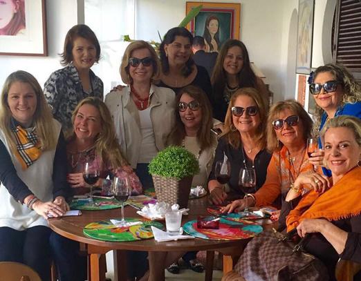 Vera Loyola e amigas durante almoço em sua casa