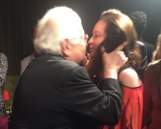 O beijo apaixonado de Carlos Alberto e Beth Serpa