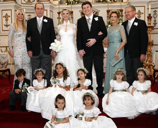 Os noivos com os pais, damas de honra e pajem