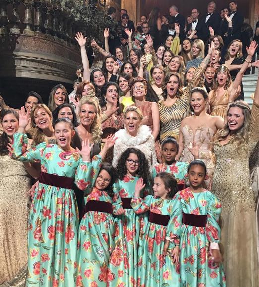 A noiva cercada pelas daminhas e madrinhas