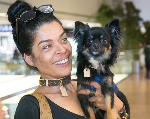 Elsaine Von Blanckenhagen e o cãozinho Louis Vuitton