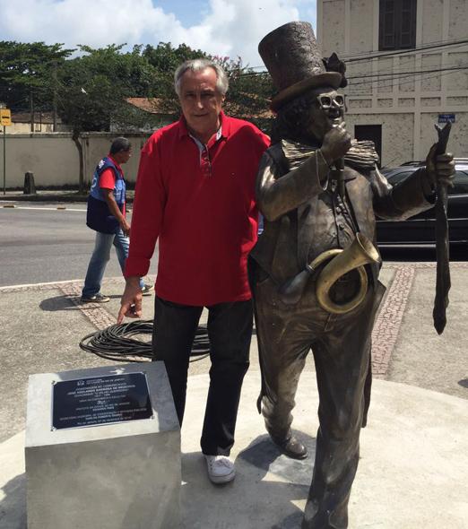 Leleco Barbosa ao lado da estátua