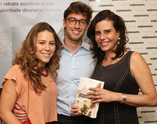 Luis Felipe entre a namorada Cahtharina e a sogra Narcisa