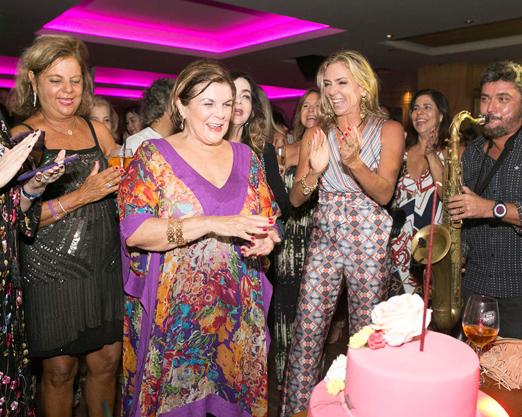 Anna e os amigos na hora do Parabéns