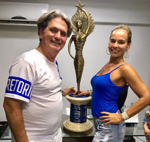 Luiz e Carol com o troféu