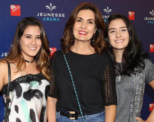 Fátima Bernardes entre as filhas Beatriz e Laura