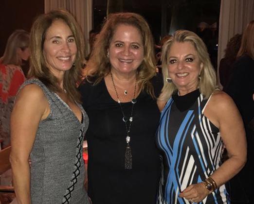 A anfitriã Regina ao lado de Renata Fraga e Gloria Tavora
