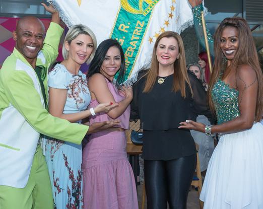 05 - Antônia Fontenelle, Monique Elias, Simone Drumond entre o Mestre Sala e Porta Bandeira da Emperatiz