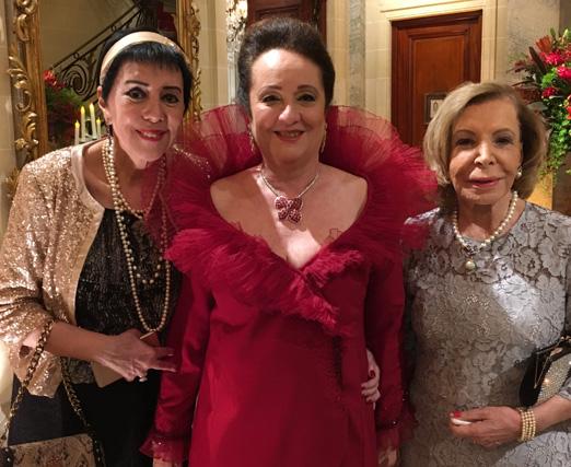 Beth Serpa recebe o carinho de Yacy Nunes e Ilka Bambirra