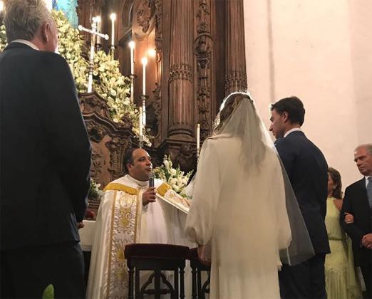 Padre Omar abençoando o casal
