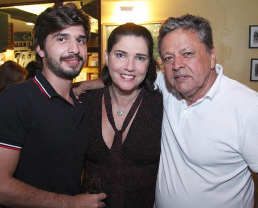 Joana Maria Teixeira entre o filho Lucas e o marido Aloysito Teixeira