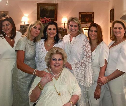 Maricy Trussardi cercada pelas filhas