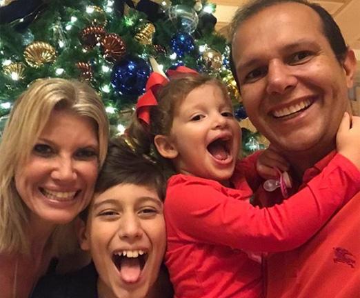 Rodrigo Mangaravite com os filhos, Henrique e Sara, e a mulher Tati