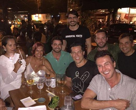 Carmen D'Alessio e amigos no Sushi Leblon