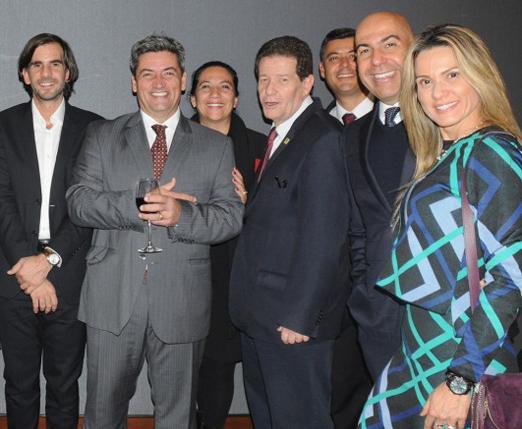 O casal Marcelo e Adriana Alves com empresários e autoridades do Rio