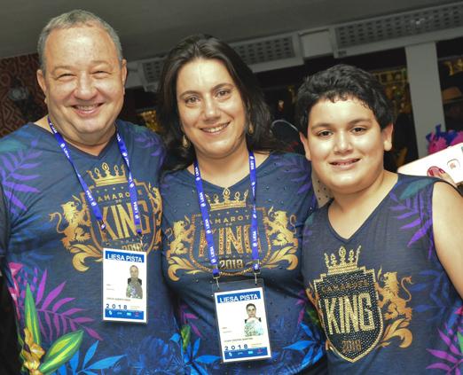 Camarote do King - Lilian Martins entre o marido, Beto Mage, e o filho João Gabriel