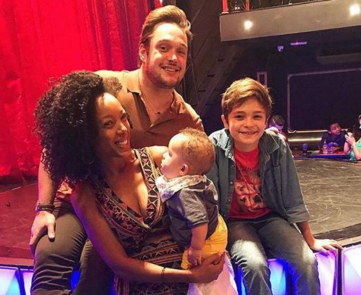 Helinho Calfat com Negra Li, Noah e Kevin Vechiatto