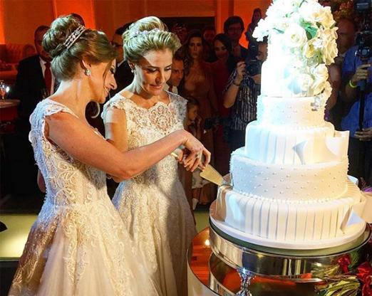Noivas cortando o bolo